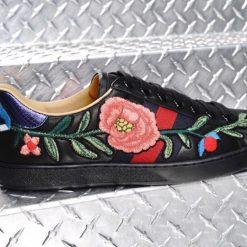 Chi tiết thêu hoa trên giày Gucci