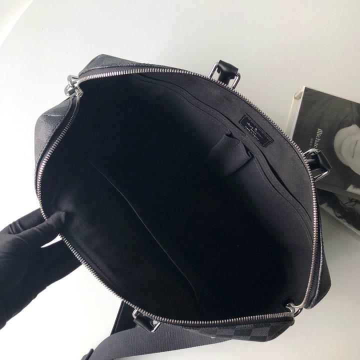 Bên trong túi được thiết kế rộng rãi