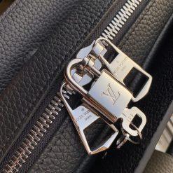 Chữ LV được khắc lên ổ khóa rõ nét