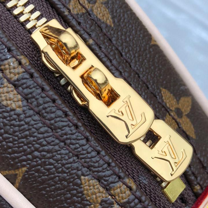 Chữ LV được khắc nổi trên khóa đôi kim loại