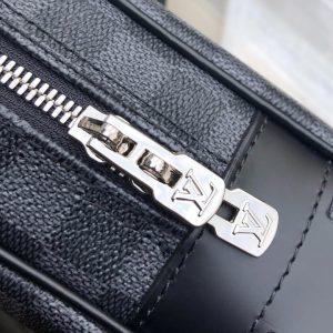 Chữ LV khắc nổi trên mặt khóa kéo đôi kim loại