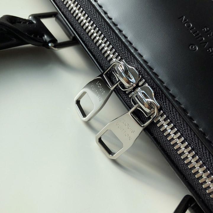 Khóa đôi kim loại được khắc tên thương hiệu sắc nét