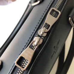 Khóa kéo đôi được khắc tên hãng Louis Vuitton rõ nét