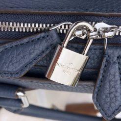 Ổ khóa được khắc tên thương hiệu Louis Vuitton rõ nét