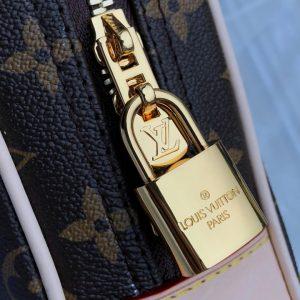 Ổ khóa kim loại sáng bóng được khắc tên hãng Louis Vuitton rõ nét