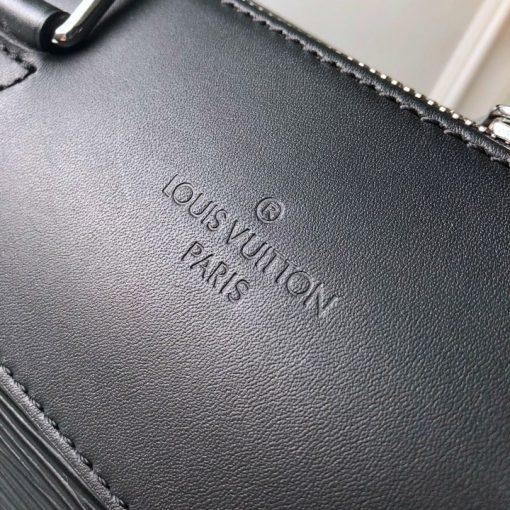 Tên thương hiệu Louis Vuitton đươc dập chìm trên da túi