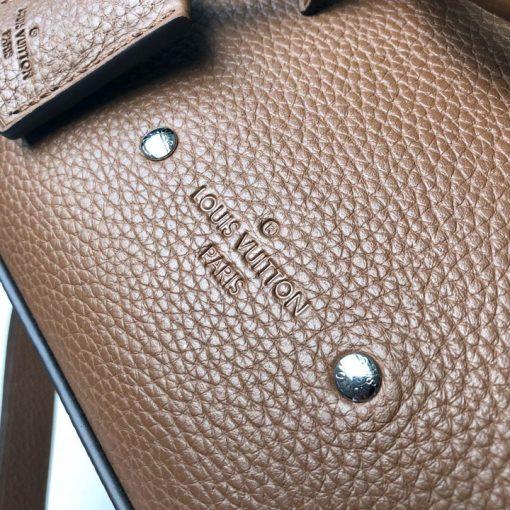Tên thương hiệu Louis Vuitton được dập chìm trên da túi
