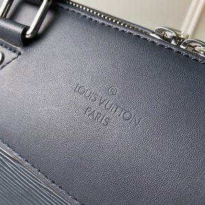 Tên thương hiệu Louis Vuitton được dập chìm trên da túi gọn gàng