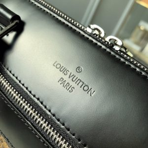 Tên thương hiệu Louis Vuitton được dập gọn gàng trên da
