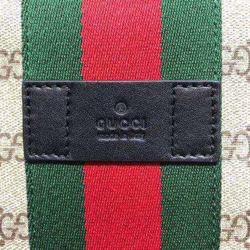 Tên thương hiệu được khắc lên thẻ da mặt ngoài túi