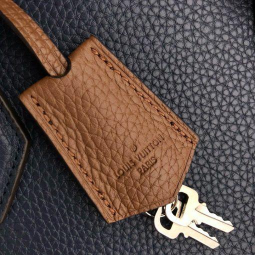 Thẻ da màu nâu và chìa khóa kim loại