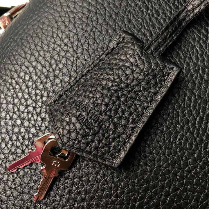 Thẻ da và chìa khóa kim loại sáng màu