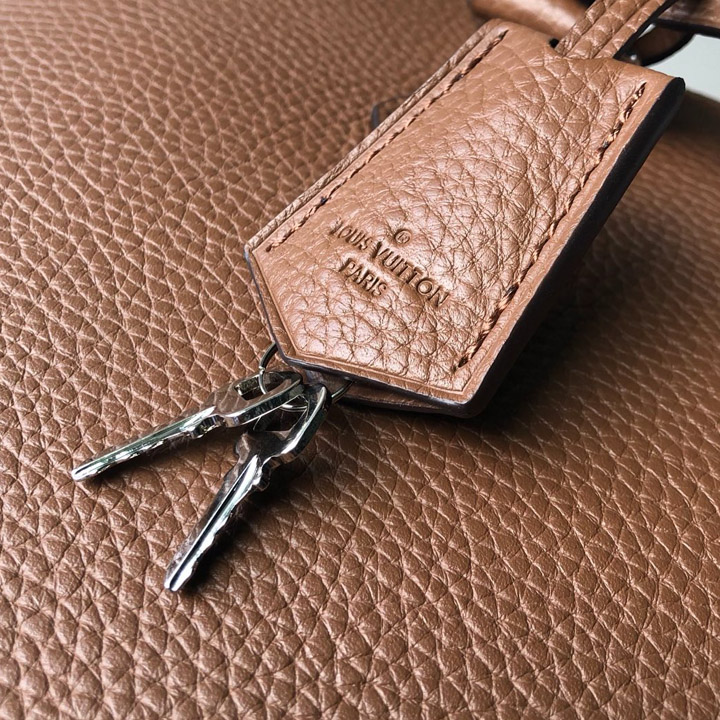 Thẻ da và chìa khóa kim loại