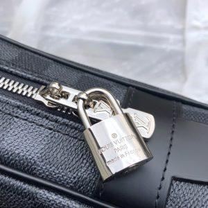Thông tin và tên thương hiệu được khắc lên ổ khóa sắc nét