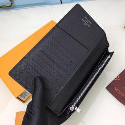 Bên trong ví có chứa nhiều khe để đựng thẻ