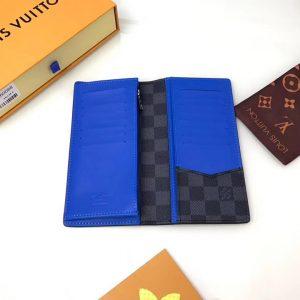 Bên trong của ví có nhiều ngăn nhỏ đựng đồ