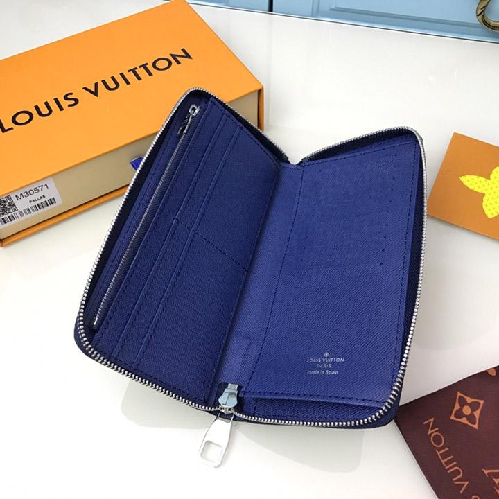 Bên trong của ví rộng rãi và nhiều ngăn chứa đồ