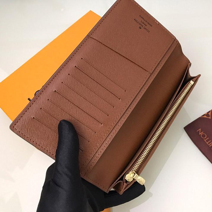 Bên trong ví có chứa nhiều ngăn để đựng đồ