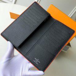 Bên trong ví rộng và nhiều ngăn nhỏ để đựng đồ