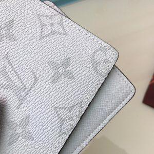 Chi tiết đường may và họa tiết hoa bông trên da ví