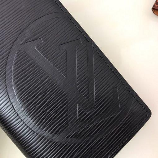 Chữ LV được dập chìm trên góc ví nổi bật