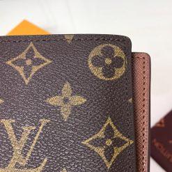 Họa tiết Monogram trên da ví với đường may đều và đẹp