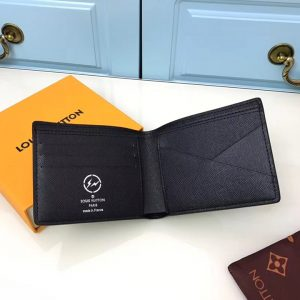 Mặt bên trong ví có nhiều ngăn nhỏ để đựng đồ