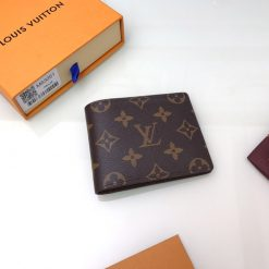 Mặt sau của ví nam LV