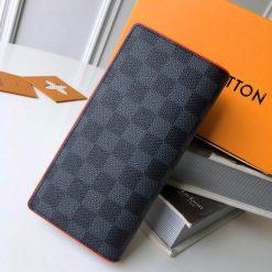 Mặt sau của ví nam Louis Vuitton cầm tay siêu cấp LVVN8239