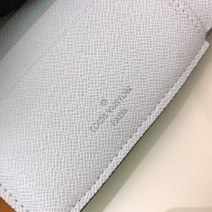 Tên thương hiệu Louis Vuitton được khắc mặt trong ví rõ nét