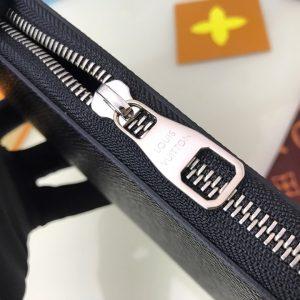 Tên thương hiệu Louis Vuitton được khắc lên mặt khóa kéo sắc nét