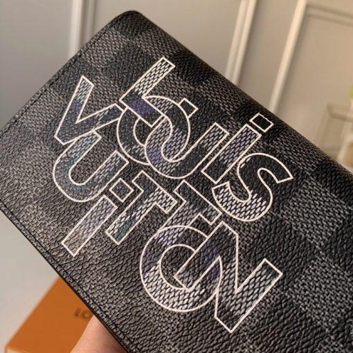 Tên thương hiệu Louis Vuitton xen nhau được in lên mặt da bên ngoài ví