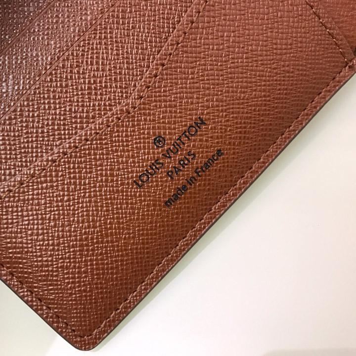Tên thương hiệu được in gọn gàng trên da mặt trong ví