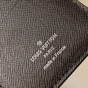 Tên thương hiệu được in lên da mặt trong ví