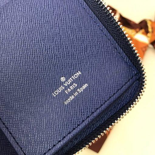 Tên thương hiệu được in gọn gàng lên da ví