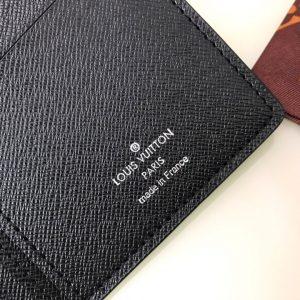 Tên thương hiệu được in lên mặt trong ví gọn gàng