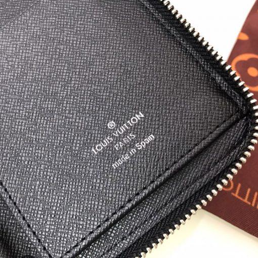 Thông tin và tên thương hiệu được in lên da mặt trong ví gọn gàng