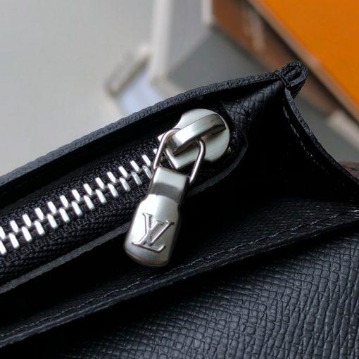 Từng chi tiết nhỏ kim loại trên ví được làm tinh xảo