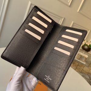 Từng chi tiết trên ví được làm tinh xảo