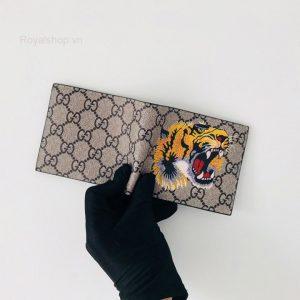 Các chi tiết trên ví được làm hoàn chỉnh