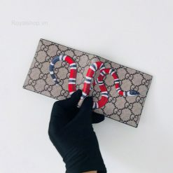 Chi tiết con rắn trên ví được làm tinh xảo và bắt mắt