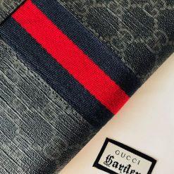 Chi tiết sọc vai xanh đỏ trên bóp nam
