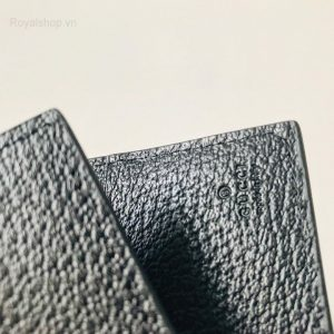 Tên thương hiệu được dập chìm trên da bên trong ví rõ nét