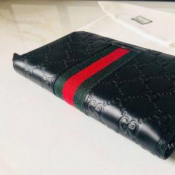 Ví được thiết kế đơn giản với sọc vai kẻ xanh đỏ