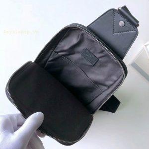Chi tiết bên trong túi LV nam đeo chéo