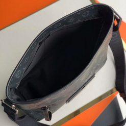 Chi tiết bên trong túi LV nam