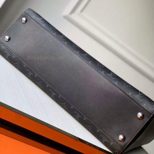 Đáy túi được tán 4 đinh kim loại để bảo vệ