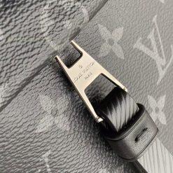 Tên thương hiệu Louis Vuitton Paris được khắc trên khóa kéo rõ nét