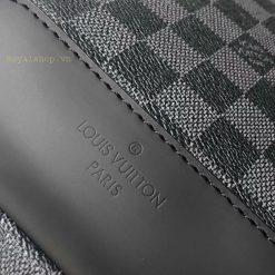 Tên thương hiệu được dập chìm trên da gần đáy túi gọn gàng