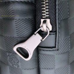 Tên thương hiệu được khắc lên khóa kéo rõ nét
